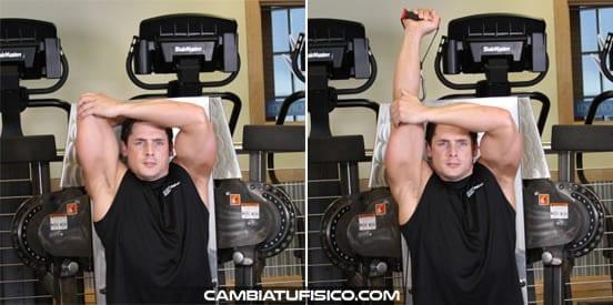 Extensiones a una mano en polea baja por encima de la cabeza