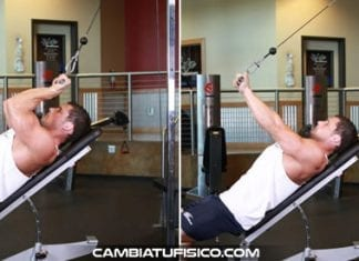 Extensiones de triceps con polea en banco inclinado
