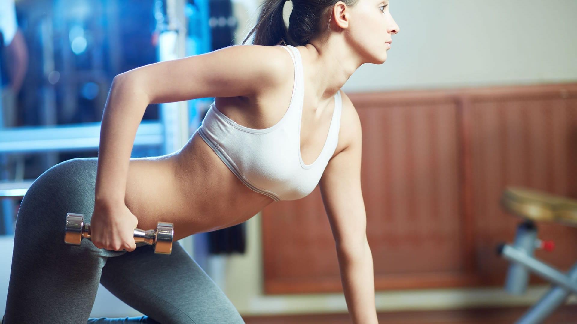 como debe entrenar una mujer en el gimnasio