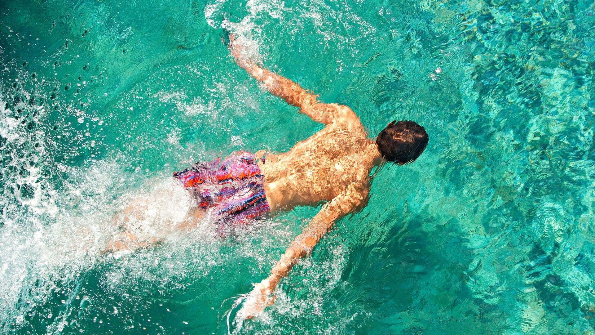 Rutina de entrenamiento de nataci n de 3 d as a la semana for Ejercicios espalda piscina